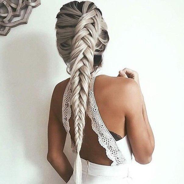 Колосок на белых длинных волосах