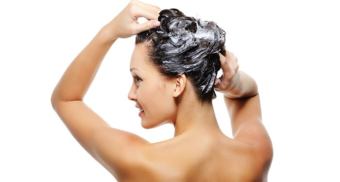 Шампунь на волосах