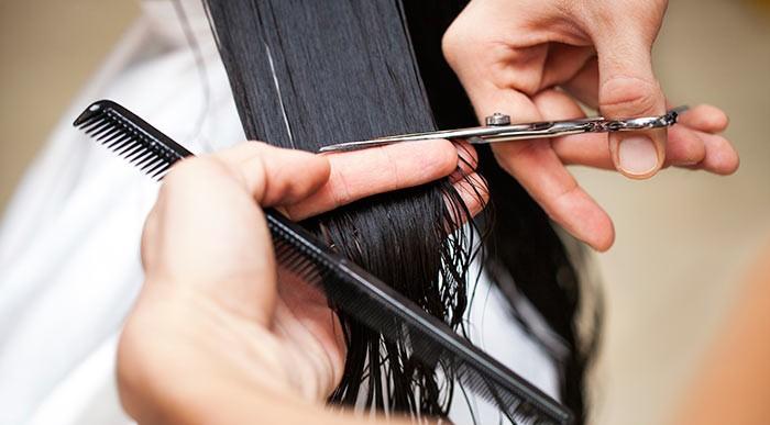 Стрижка волос ножницами