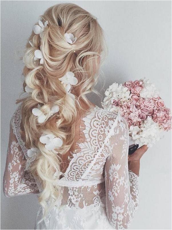 Распушенные присобранные локоны на свадьбу невесте