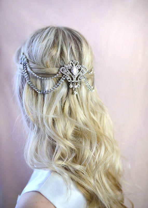 Нежное свадебное украшение в прическе невесты