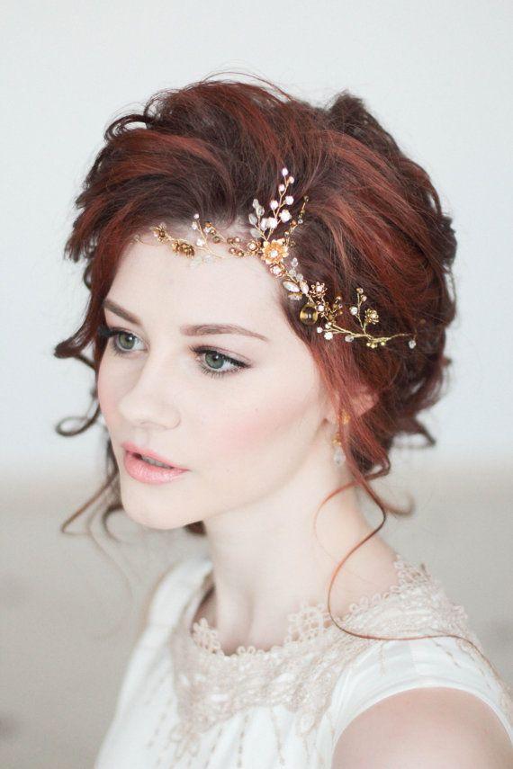 Необыкновенная прическа для стильной невесты с украшением