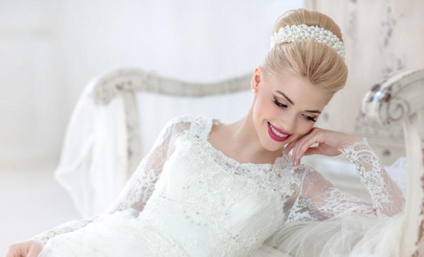 Прическа на свадьбу с ободком на гульке