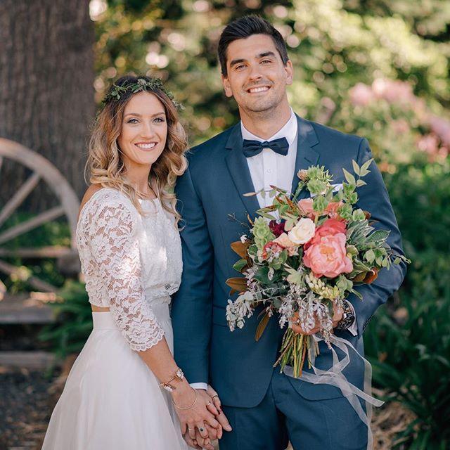 Прическа невесты с цветами как и в букете