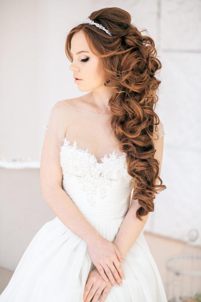 Прическа с обручем на длинные волосы