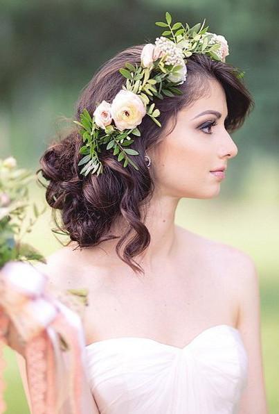 Свадебная прическа плетение украшенная цветами