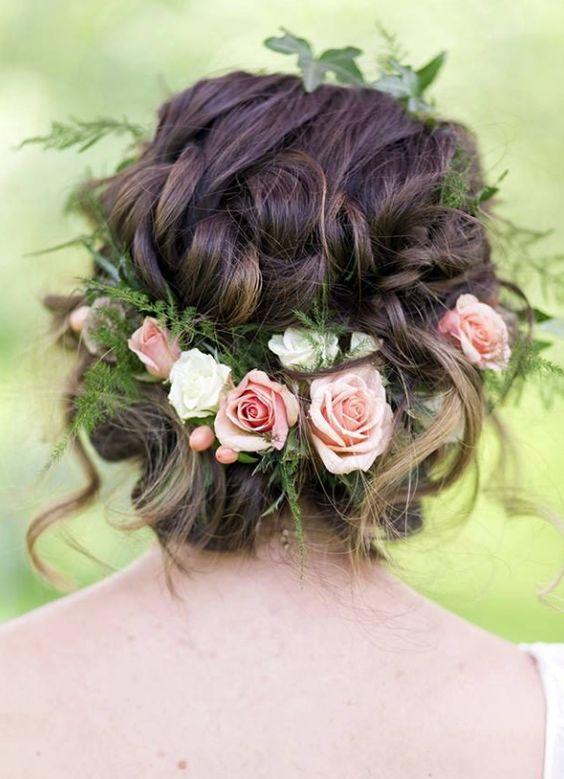 Свадебная укладка с мелкими живыми розами