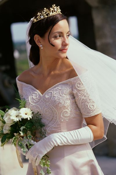 Свадебная прическа с короной и фатой