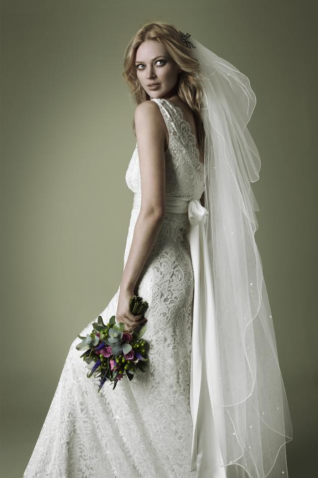 Вариант укладки на свадьбу длинной фатой в несколько ярусов