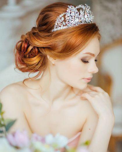 Прическа невесты для рыжих волос средней длинны с короной