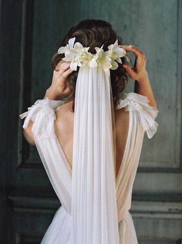 Веночек из живых цветов с фатой на свадьбу