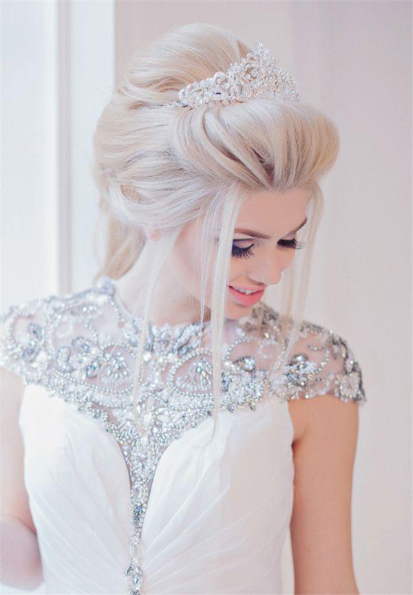 Очень красивая собранная к верху укладка невесты с короной