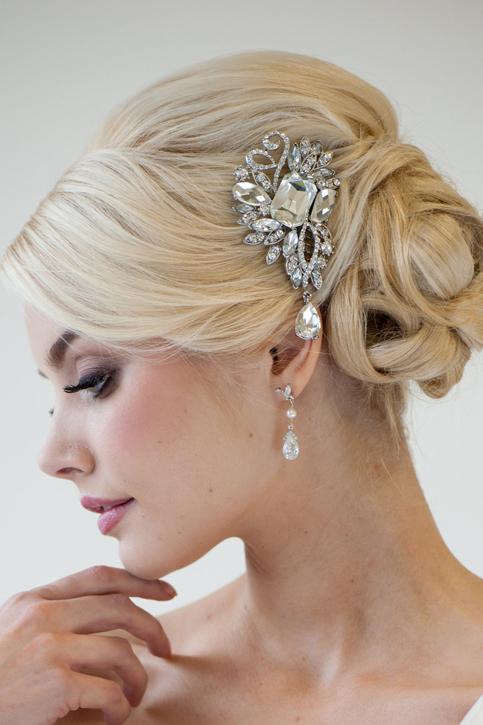 Нежная свадебная прическа с гулькой на свадьбу