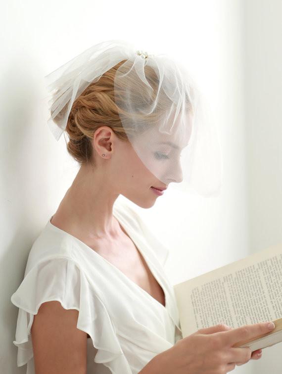 Собранная свадебная укладка для волос средней длинны с короткой фатой