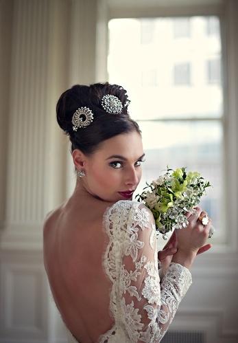 Укладка поднятая в верх на свадьбу с объемным украшением