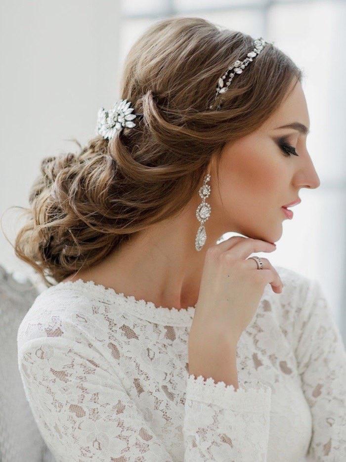 Собраная свадебная прическа невесты попрядно