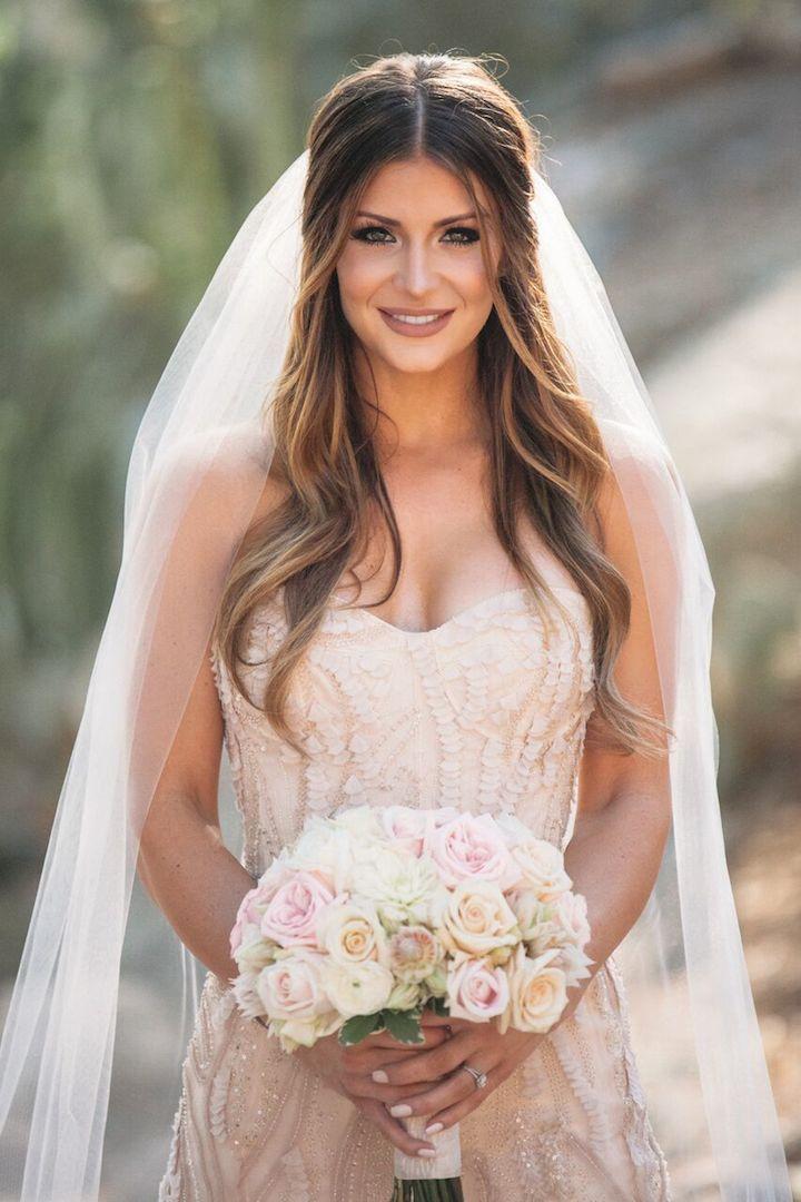 Укладка для свадебной церемонии распущенные волосы с фатой