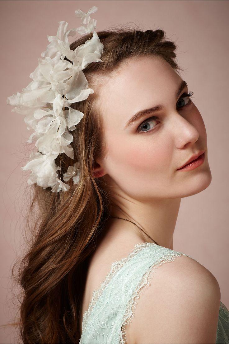 Небрежно распущенные волосы с украшением в ретро стиле прическа для свадебной церемонии
