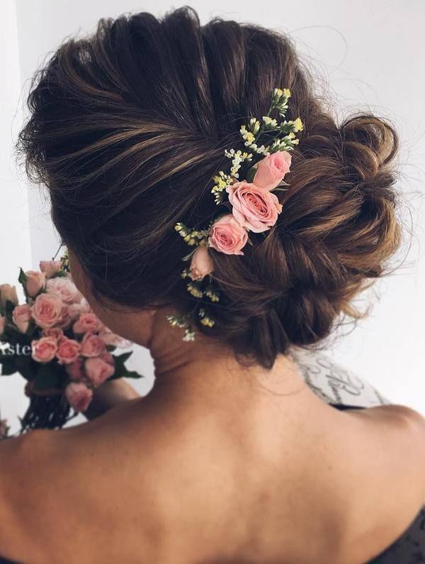 Собранный пучек прическа невесты с цветами такими же как и в букете