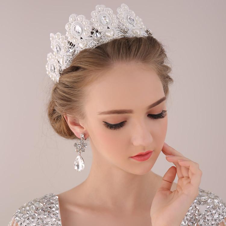 Нежная прическа для невесты с короной без фаты