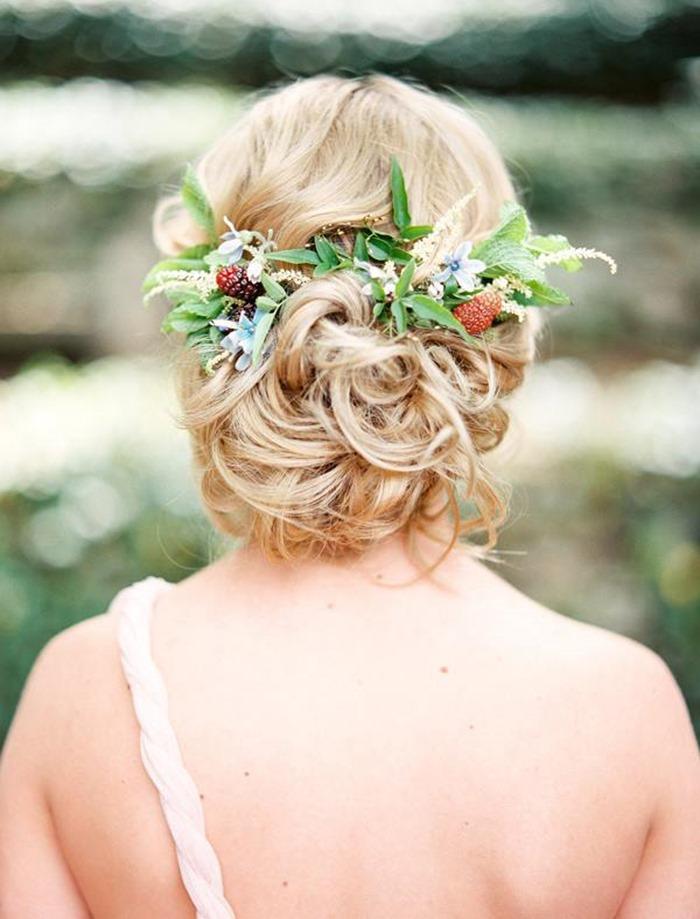 Прическа для свадебной церемонии невест из живых цветов