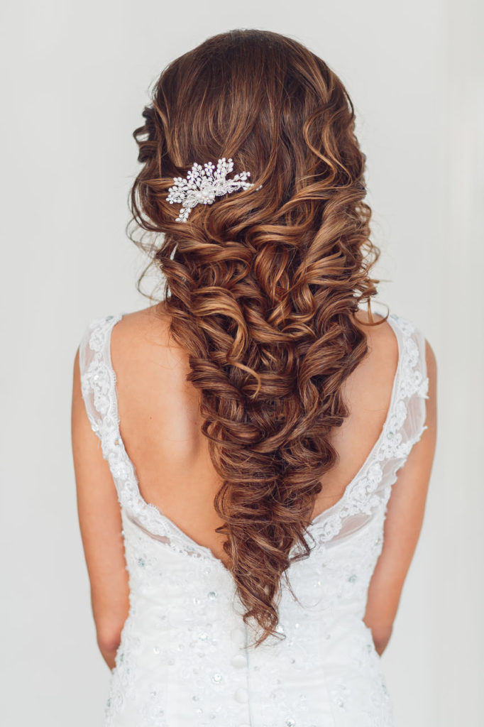 Свадебная прическа с заколкой без фаты на длинные волосы
