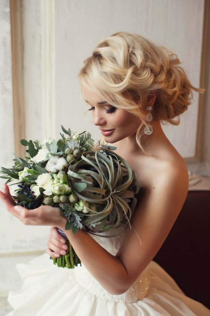 Коса вплетенная в прическу на свадьбу