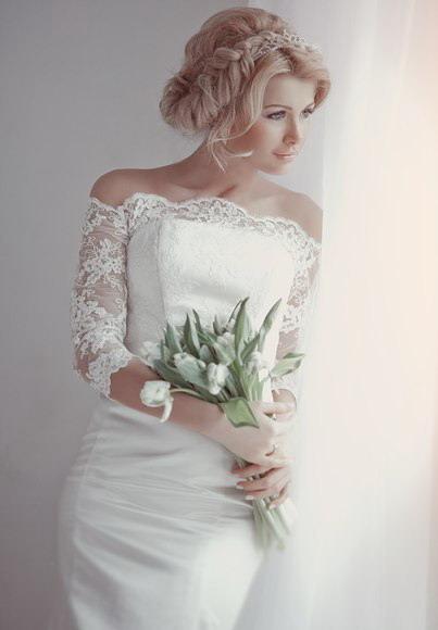 Собранная прическа невесты с косичкой
