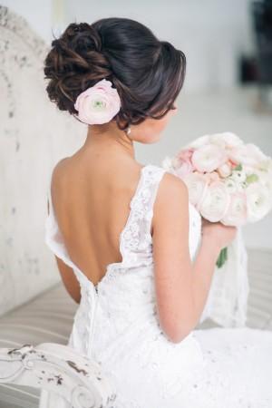 свадебная прическа невесты с живой розой