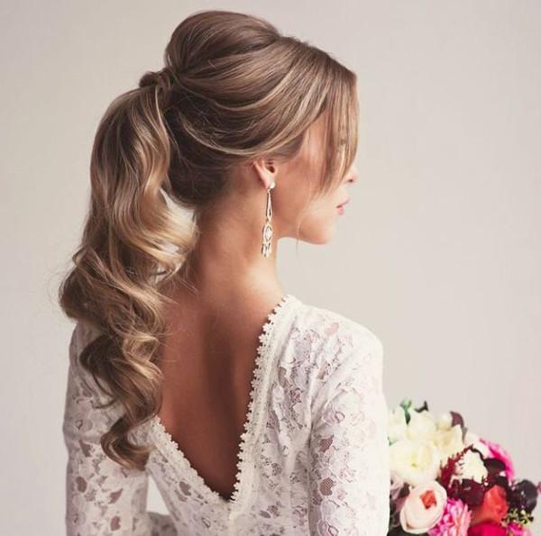 Собранная укладка в хвост для невесты под платье с открытой спиной