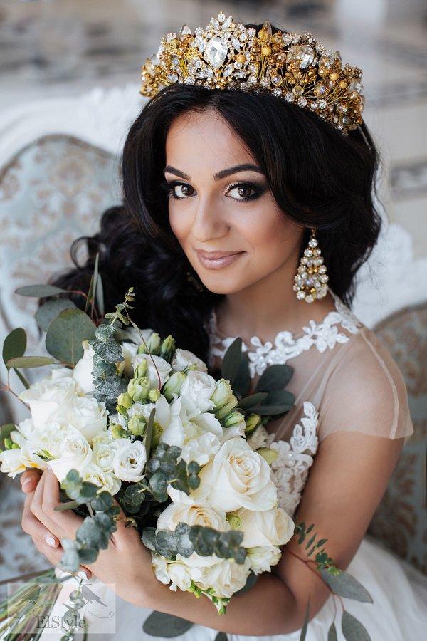 Распущенные волосы для свадьбы с объемной короной
