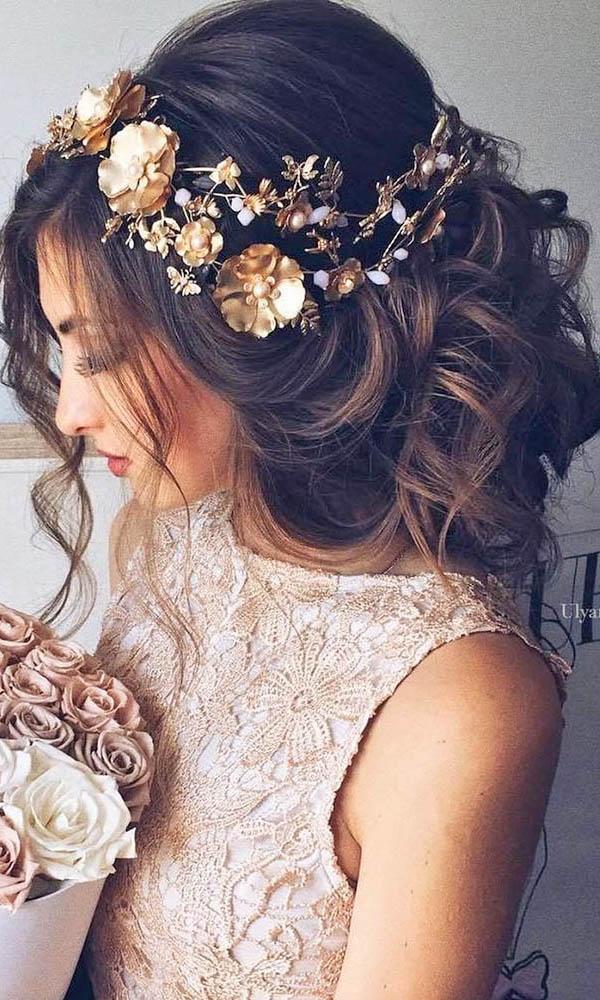 Объемная укладка невесты из крупных локонов с цветочным украшением
