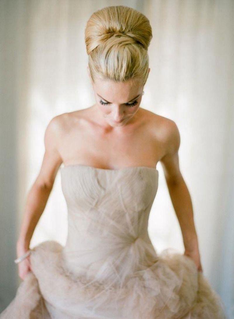 Прическа для невесты высоко собранная бабетта с приподнятым хохолком