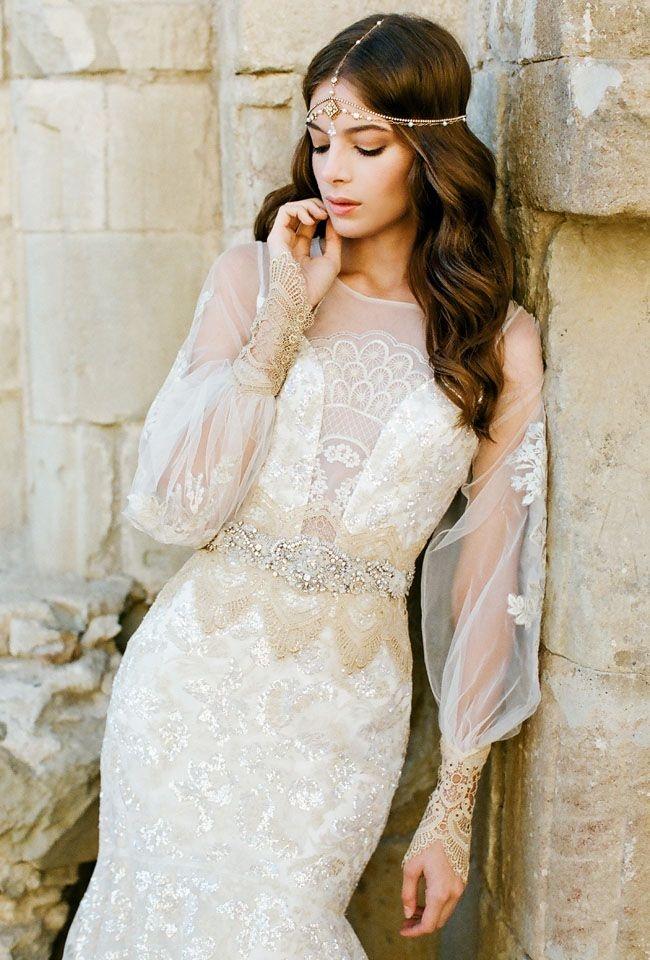 Свадебная прическа с восточным украшением без фаты с локонами
