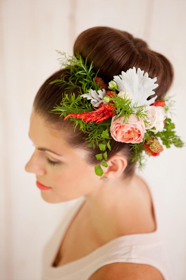 Свадебная бабетта украшенная композицией из живых цветов