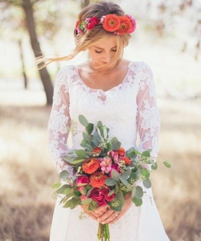 Прическа с цветами для невесты под букет