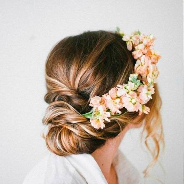 Свадебная прическа невесты с нежными живыми цветами
