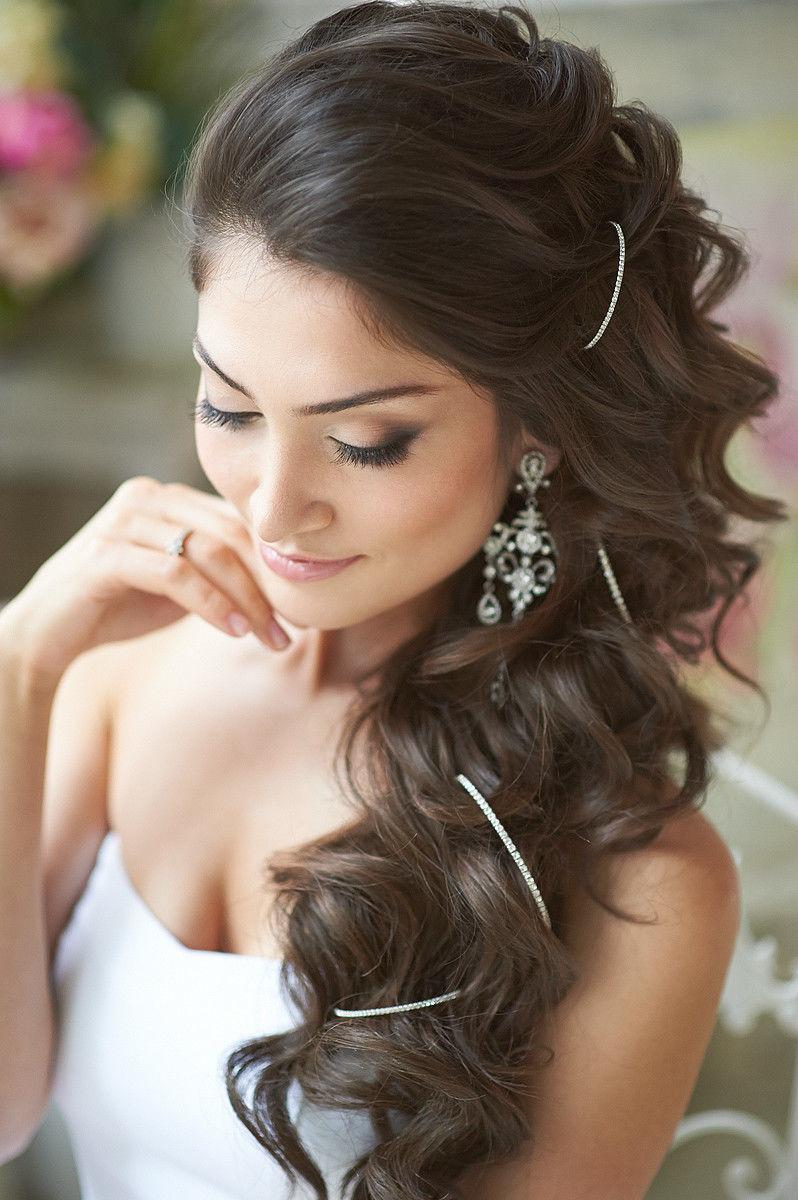 Прическа для невесты на длинные волосы на бок