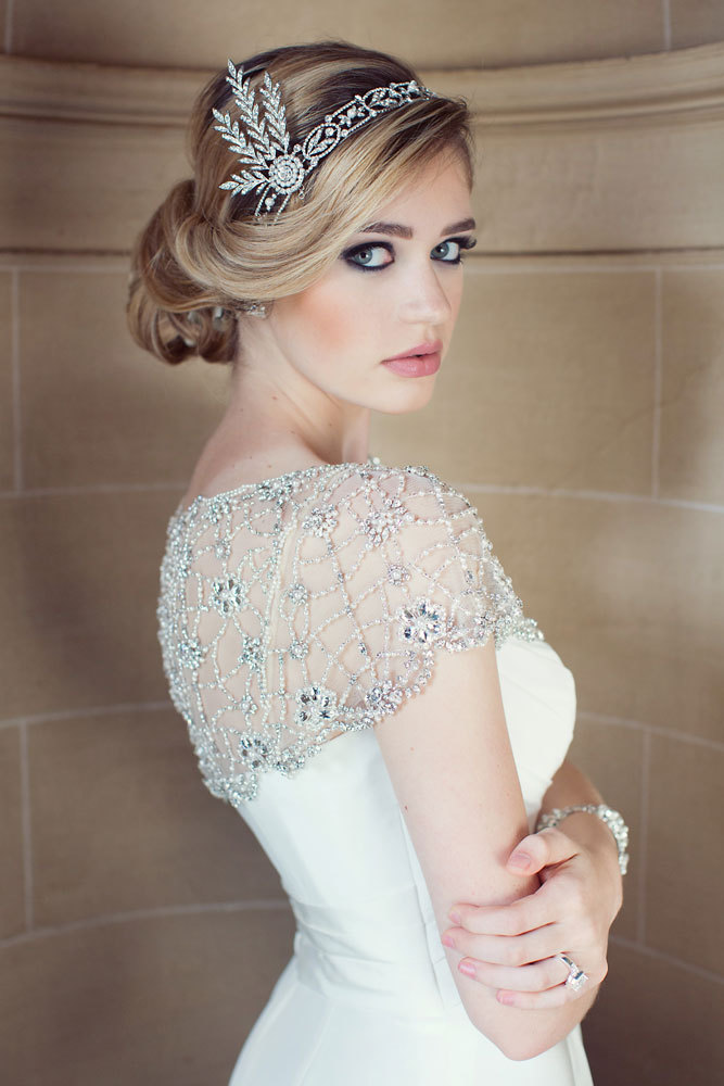 Невероятная свадебная укладка с украшением модерн