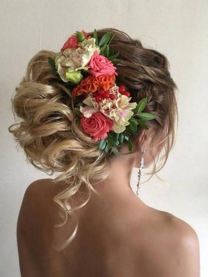 Укладка для невесты с живыми пионами, розами и гвоздиками
