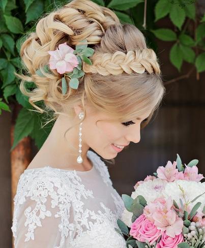 Свадебная прическа с живыми цветами и челкой