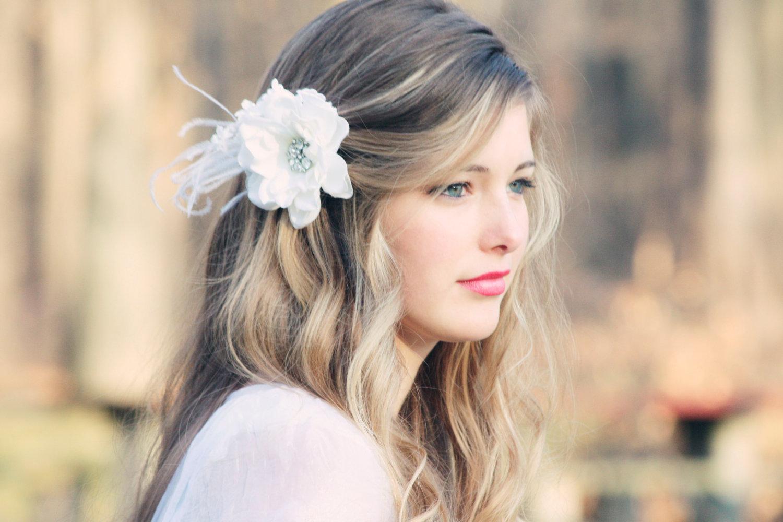 Просто распущенные волосы под простое свадебное платье