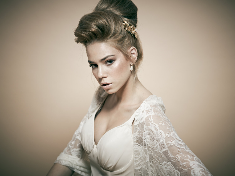 Укладка невесты с приподнятой челкой на бок без фаты