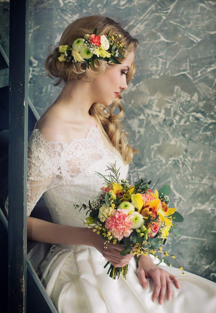 Прическа невесты украшенная живыми цветами