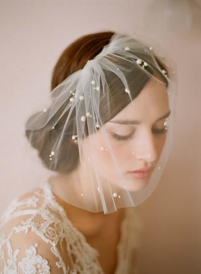 Собранная прическа невесты с фатой птичья клеточка