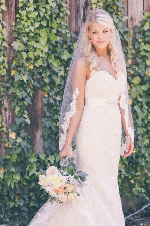 Свадебная прическа для блондинки с фатой в полный рост