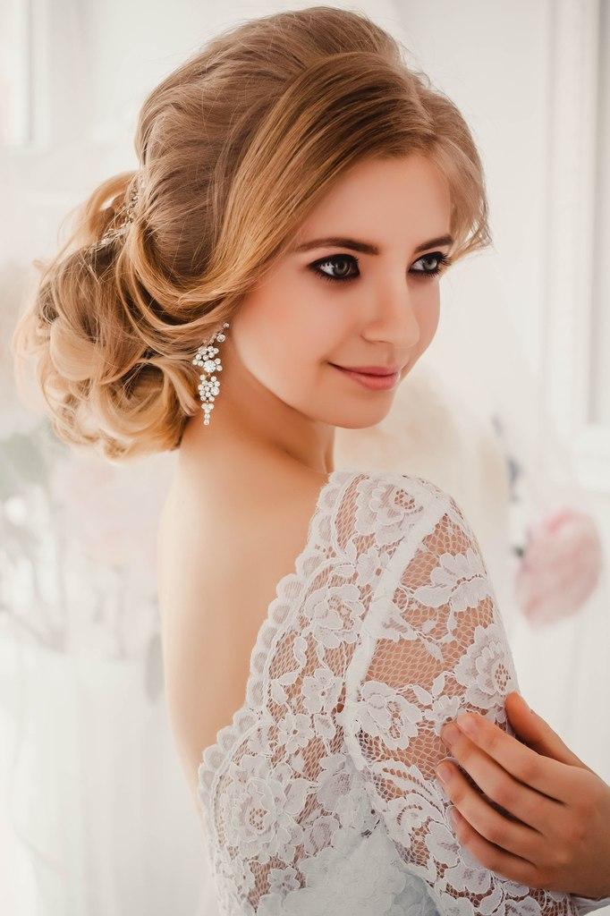 Подобранные волосы с челкой прическа для невесты