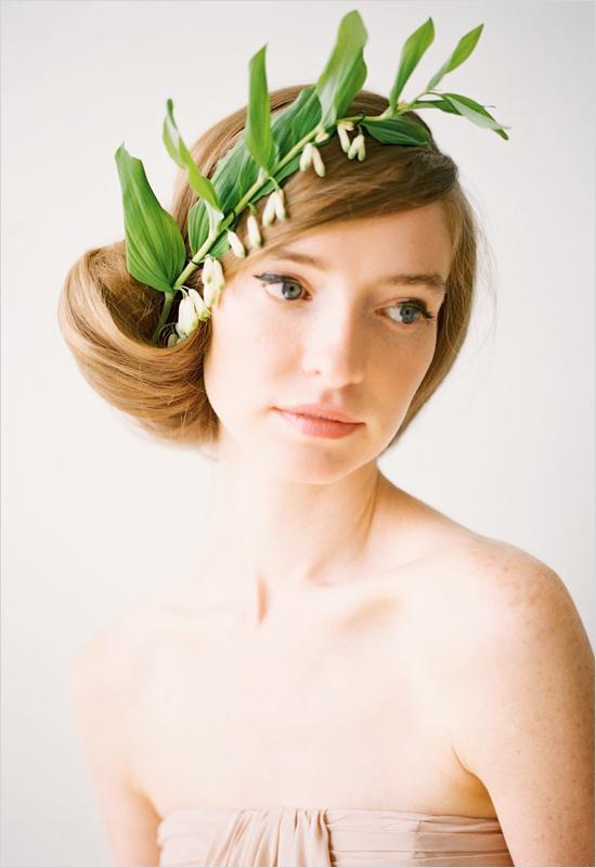 Прическа с листьями на свадьбу