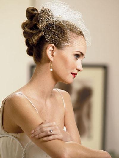 Свадебная прическа невесты с миниатюрной фтой