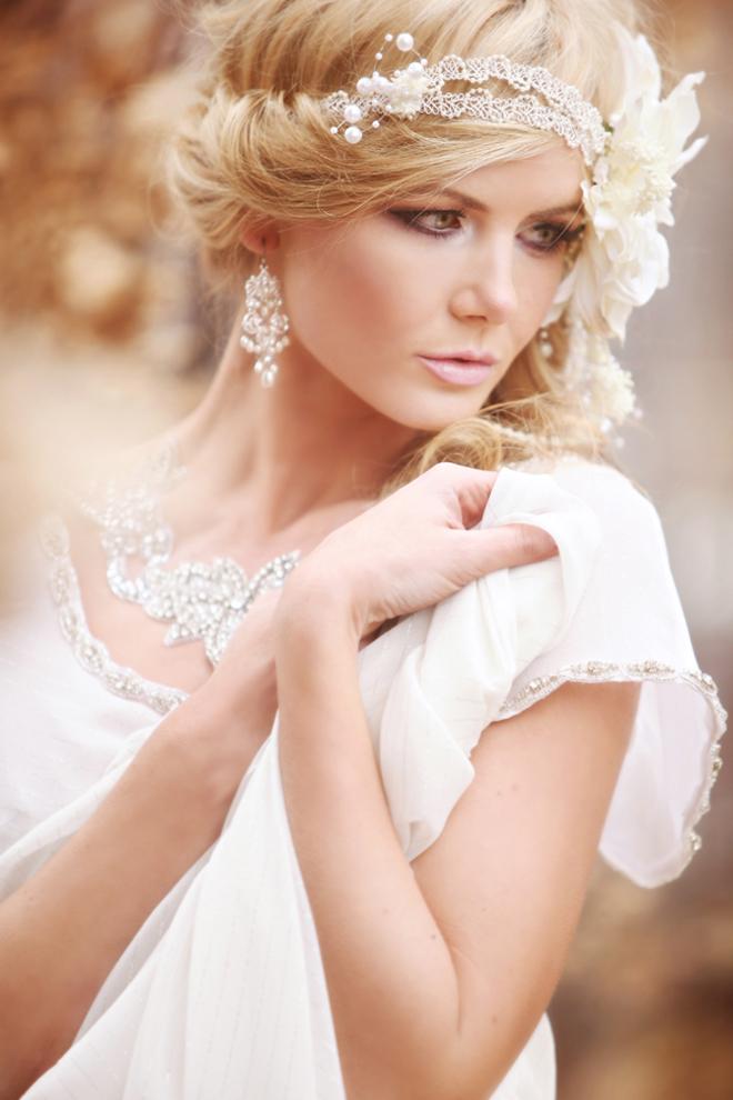 Плетеная свадебная прическа с цветком на боку греческая